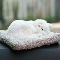 Игрушка спящая кошка белая с бамбуковым углем в салон автомобиля