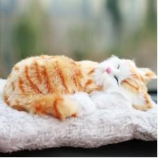 Игрушка спящая кошка рыжая с бамбуковым углем в салон автомобиля